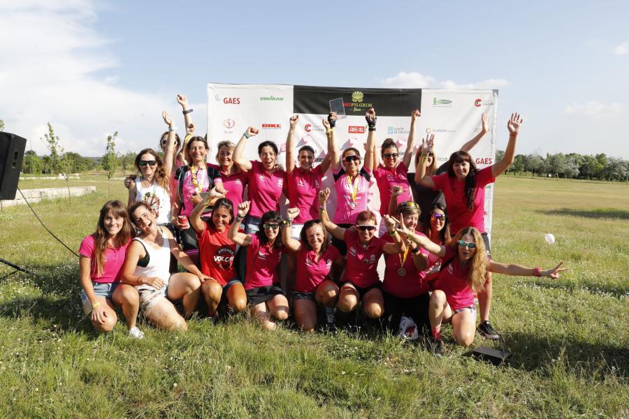 Parte del equipo de mujeres Dde GAES y Covirán tras la llegada a Santiago